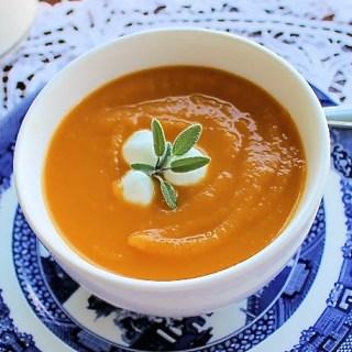 Sopa de calabaza y batata con salvia