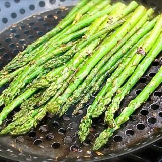 Espárragos al grill con aceite de trufas