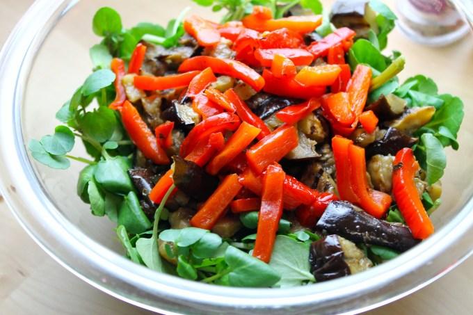 ensalada de berros con vegetales a grill