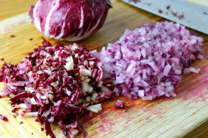 Quínoa escarlata | Ingredientes para 6 porciones 1 remolacha mediana, pelada y cortada en cubitos (1 taza) 1 taza de quínoa roja, enjuagada y escurrida 2 tazas de agua 1/2 taza de arándanos secos (dried cranberries) 1 taza de cebolla morada picadita 1 taza de achicoria picadita 1 1/2 cucharadas de ralladura de piel de limón amarillo 1/4 de taza de zumo de limón fresco 1/4 de taza de vinagre de vino tinto 1/2 taza de aceite de oliva extra virgen 1 cucharadita de sal Preparación En una olla a fuego alto pon a cocinar la remolacha y la quínoa en el agua. Una vez que hierva, baja el fuego a mínimo y cocina tapado por unos 12 minutos hasta que la quínoa esté cocida al dente. Retira del fuego y deja enfriar totalmente. En un tazón, coloca la mezcla de quínoa y la remolacha. y arándanos, agrega la cebolla y la ralladura de limón y revuelve. En una taza combina el zumo de limón, el vinagre, el aceite de oliva y la sal, y mezcla bien. Adereza la quínoa con la vinagreta y refrigera por lo menos media hora antes de servir. Para imprimir la receta haz clic aquí.