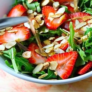 Ensalada de rúcula, fresas y almendras