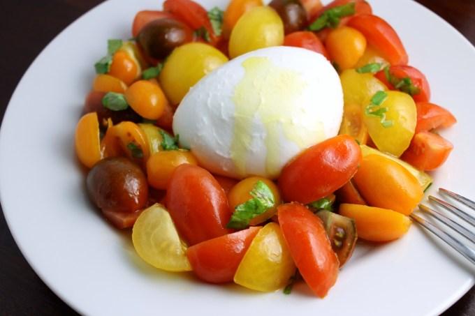 Ensalada capresa multicolor, ensalada, ensalada de tomates con mozzarella y albahaca, tomates multicolores