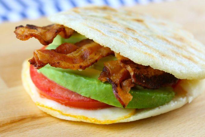 Arepa con queso, tomate, aguacate y tocineta - SAVOIR FAIRE by enrilemoine