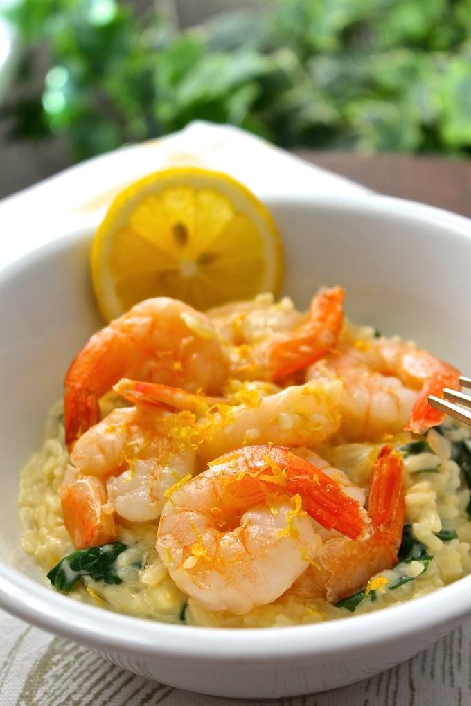 risotto con camarón, risotto con camarones. arroz con camarón, arroz con camarones y espinaca