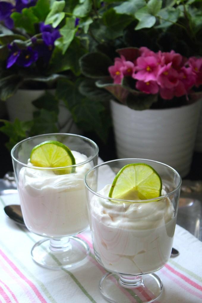 espuma de lima, copas con postre de limón, postre de limón sin horno