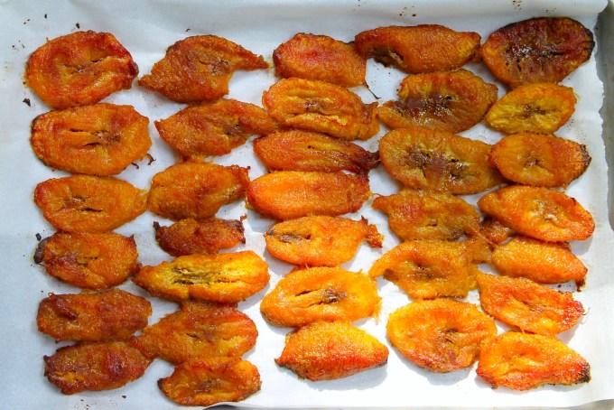 tajadas de plátano maduro para acompañar Arepas con huevos revueltos con chorizo