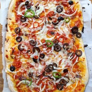 Pizza con jalapeño y chile serrano