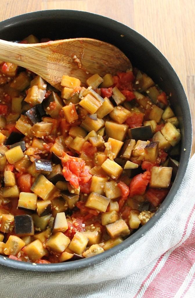 preparación de cazuela de berenjenas y tomates en un sartén