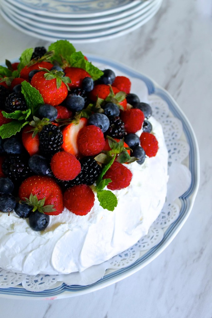 Mixed berry pavlova by enrilemoine