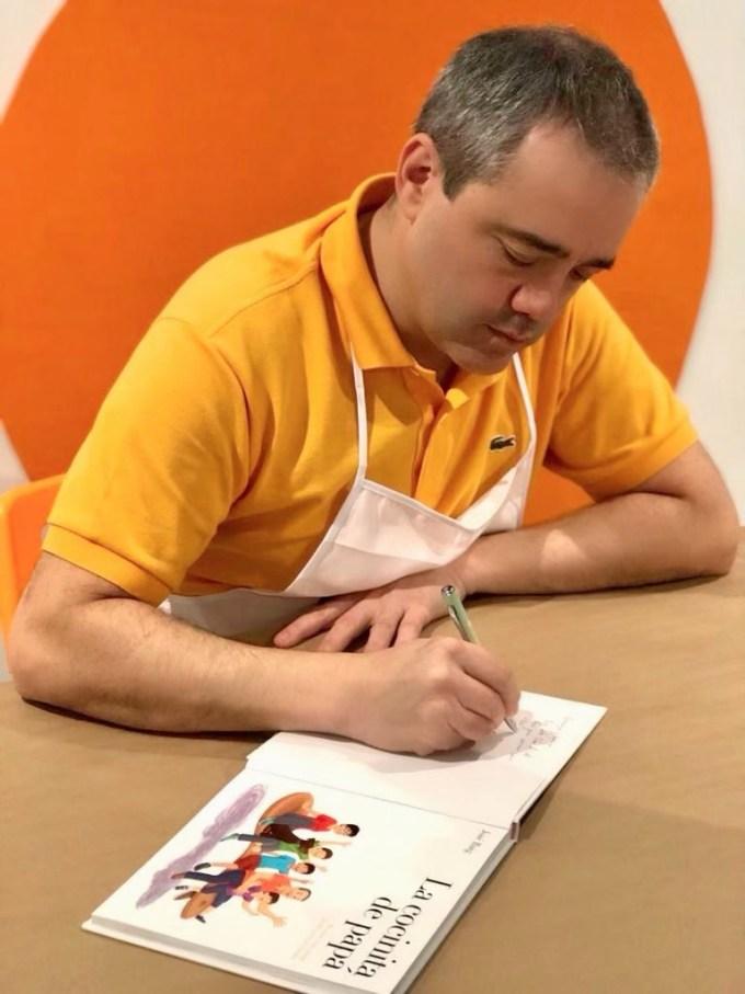 José Baig firmando sus libros en Miami