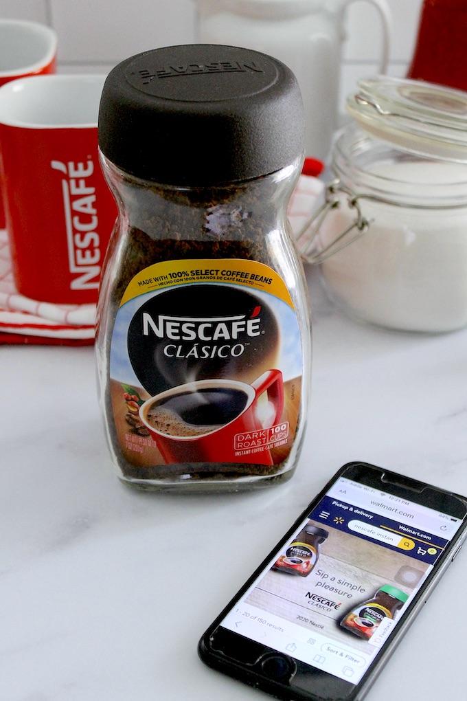 Jarra de Nescafé y iPhone con aplicación de Walmart para compras online