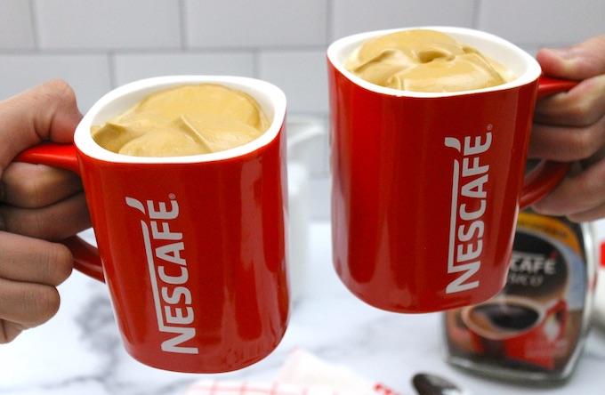 Tazas de Nescafé con café cremoso