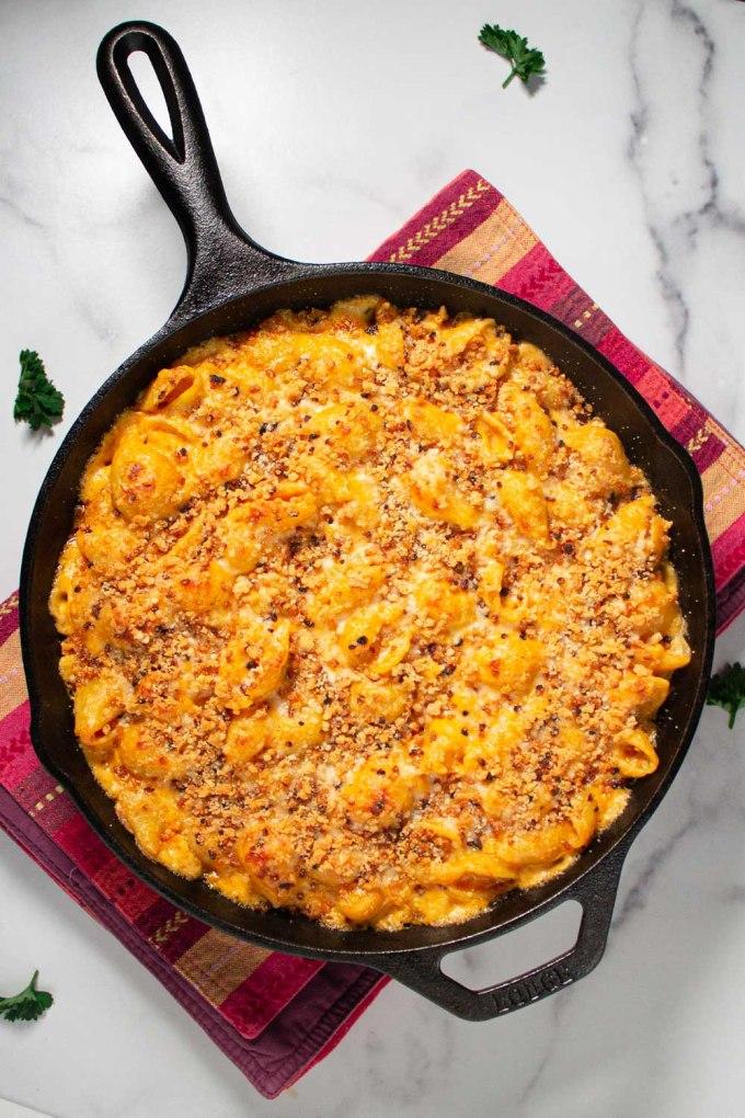 macarrones con queso horneados en sartén de hierro