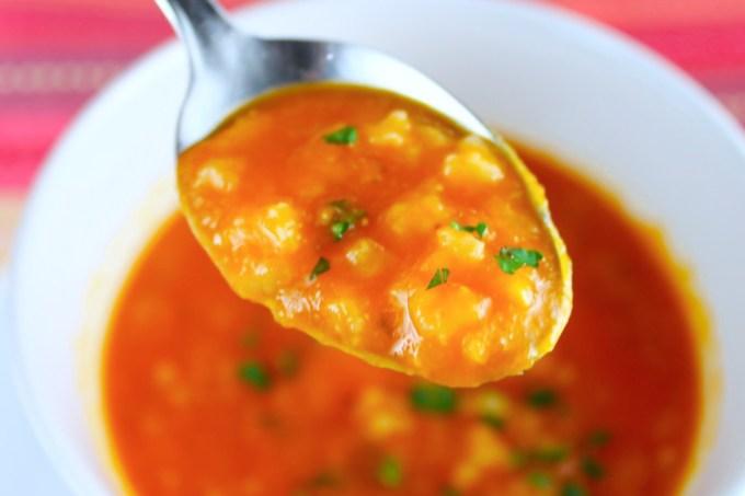 cucharada de sopa de tomate al romero