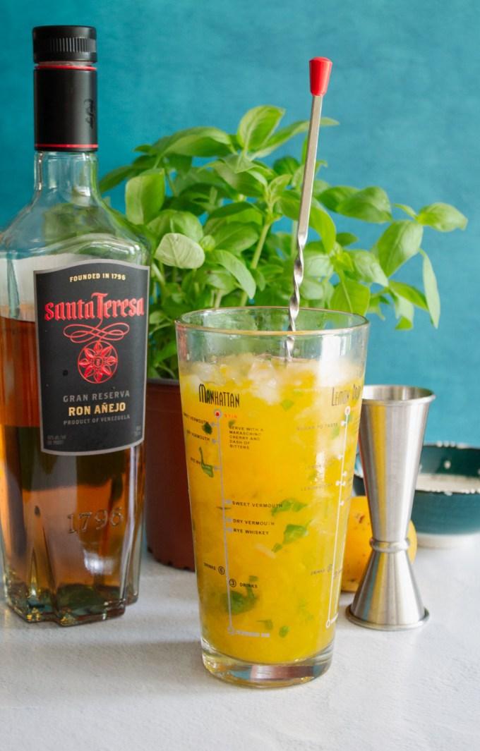 preparación de mojito de mango con albahaca