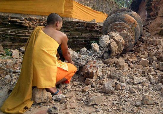 Detalle de la rotura de una pagoda budista en Myanmar