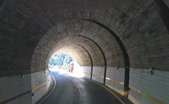 lazo carretero en túnel de la CV-223 entre Aín y Eslida, en Castellón