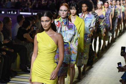 """bcfdb1da9762a Versace fue fundada en Milán, en 1978 por Gianni Versace. Se define como  """"una de las principales firmas de diseño de moda a nivel internacional y un  símbolo ..."""
