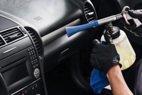 tORNADOR-limpiando-interior-coche_23-2148194077