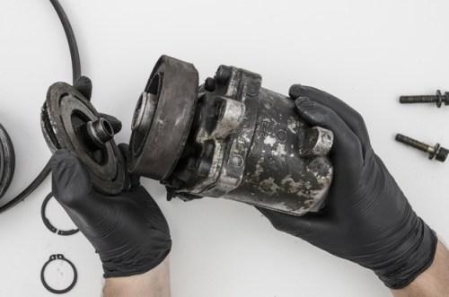 tornillos-desmontando-parte-mecanica-limpieza_23-2148254065