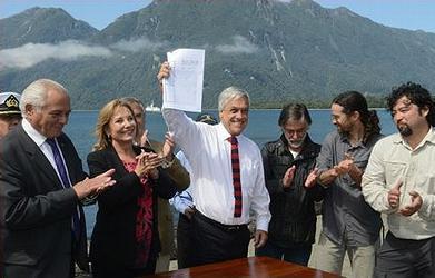 Chile's President Sebastián Pinera displays the documents designating the new Tic-Toc Marine Park, Feb. 26, 2014 / Ocean Great Ideas