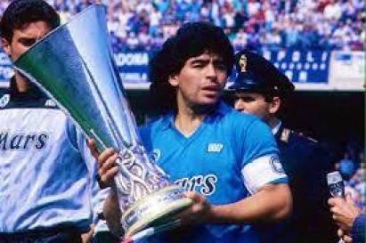 La liga italiana de los 80 - Maradona con el trofeo de campeón de liga