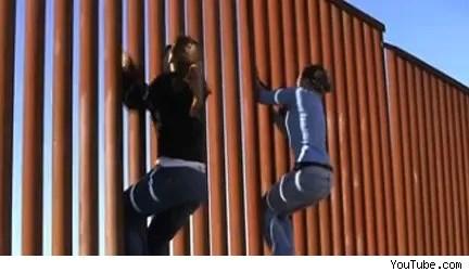 Así se escala el muro que divive la frontera entre EE.UU. y México