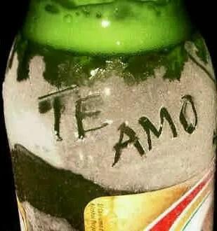 Expresando amor con una cerveza vestida de novia