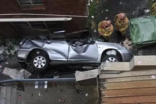 Mujer sobrevive tras caer con su carro desde el 6º piso de un aparcamiento
