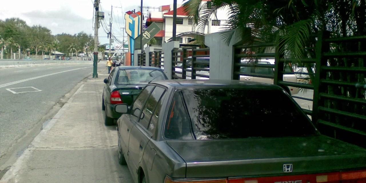 Las aceras no son para aparcar carros