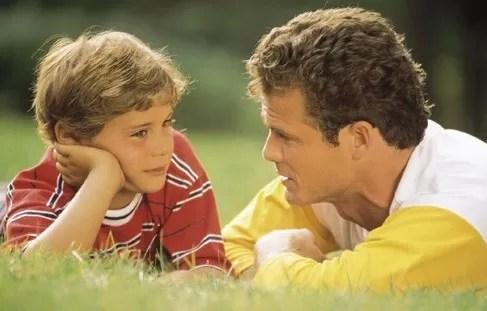 Oye, hijo mío, la instrucción de tu padre, y no desprecies la dirección de tu madre