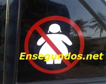 Un letrero ofensivo y discriminatorio