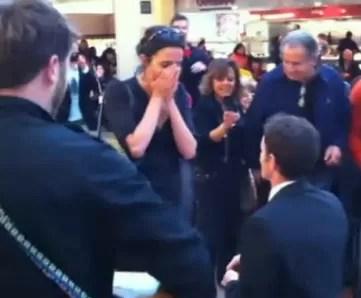 Le pidió matrimonio en un centro comercial a la novia y ella se mandó  corriendo (video)