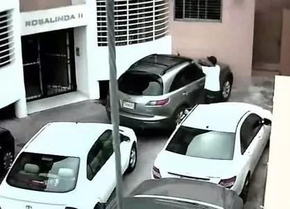 ¿Cómo los ladrones intentan abrir una jeepeta? Video