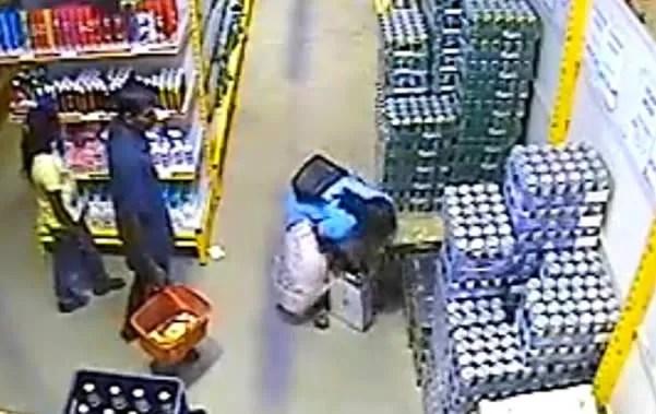 Mujer se roba una caja de cervezas dentro de su falda (video)