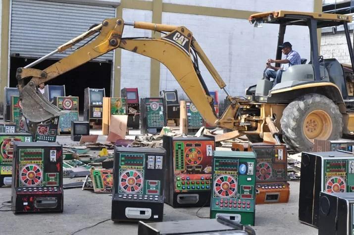 Destruyen otras 100 máquinas tragamonedas