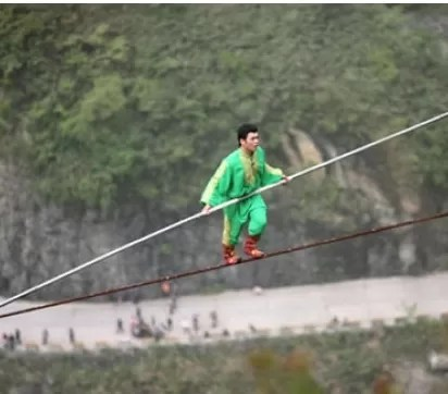 Acróbata intentará atravesar las cataratas del Niágara en cuerda de hierro