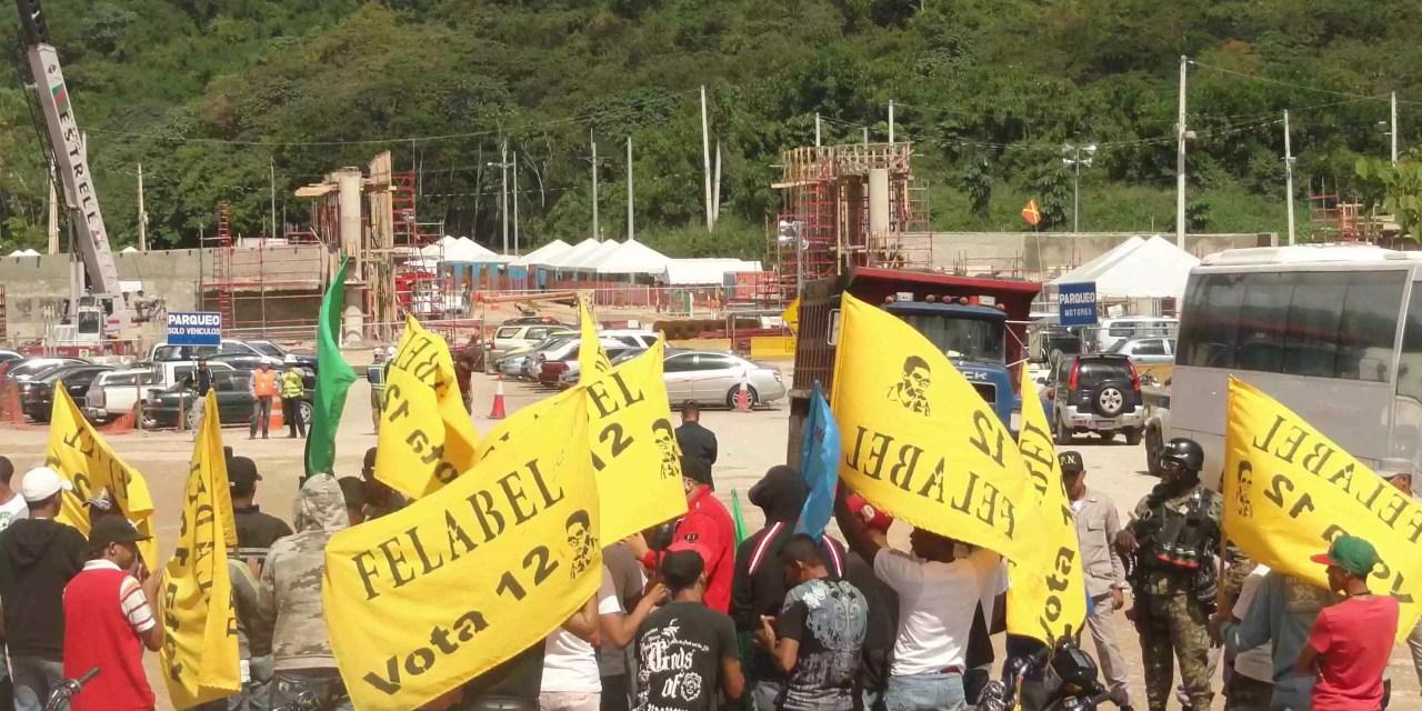 Personas llegan al Parque Independencia para juicio popular a Barrick