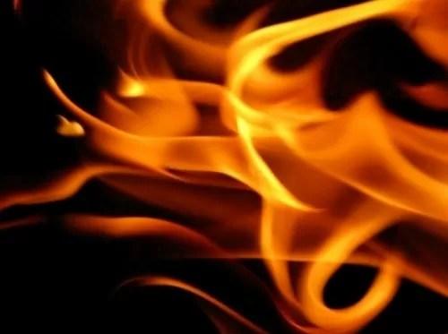 Niña de 14 años quemó vecina de 13 supuestamente por el amor un noviecito (video)