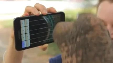 Un elefante que toca marimba y guitarra con un smartphone (video)