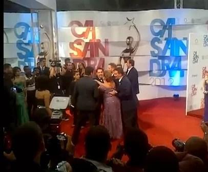 Mujer manotea la seguridad de William Levy en los premios Casandra para tomarse una foto (video)