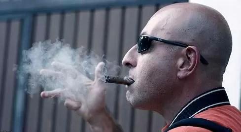 calvo fumando
