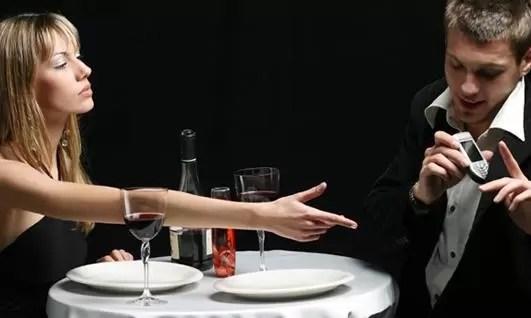 cena pareja revisar celular
