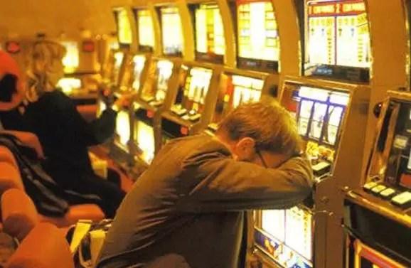 hombre adicto juego casino
