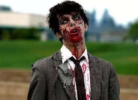 Quiso asustar a su novia disfrazándose de zombie y ella le disparó