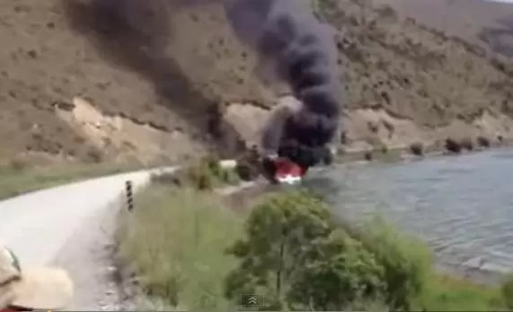 La mejor forma de apagar un incendio en una lancha (vídeo)