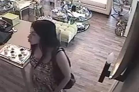 De esta manera se roba un monedero en segundos, en una tienda de Santo Domingo (video)