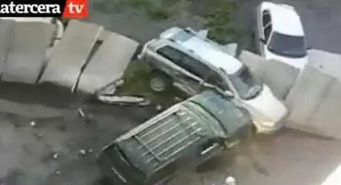 En pleno ataque de celos, mujer destroza la jeppeta de su marido. Mira el video
