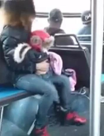 """Impactante vídeo en el que una """"madre"""" tira su bebe para pelear"""