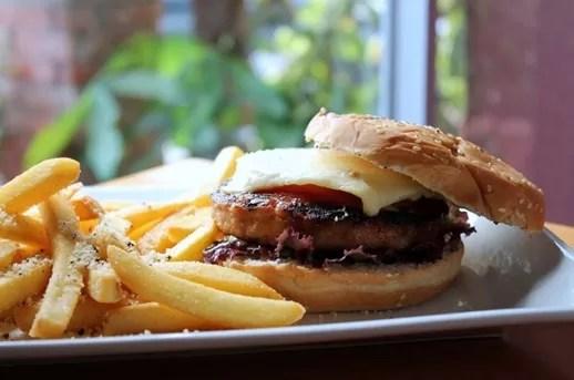 Comer con menos sal previene la hipertensión, reduce el riesgo de ataques cardíacos y accidentes cerebrovasculares